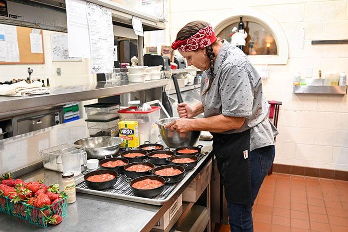 Sonker filling in the kitchen